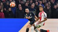 Dani Carvajal mencoba melepaskan umpan pada leg 1, 16 besar Liga Champions yang berlangsung di stadion Amsterdam Arena, Amsterdam, Kamis (14/2). Real Madrid menang 2-1 atas Ajax. (AFP/Emmanuel Dunand)