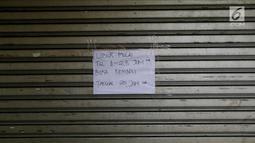 Kertas pengumuman di pertokoan elektronik Glodok, Jakarta, Minggu (17/6). Pertokoan Glodok akan buka kembali pada tanggal 25 Juni 2018. (Liputan6.com/JohanTallo)