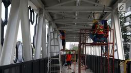 Pekerja menyelesaikan pembangunan JPO di Dukuh Atas, Jakarta, Kamis (20/12). Pembangunan JPO Halte Transjakarta Dukuh Atas sisi Timur dilakukan untuk merelokasi JPO yang posisi tiang (kolom penyangga) berada di tengah ruas jalan. (Liputan6.com/JohanTallo)