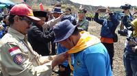 Wakil Bupati garut Helmi Budiman, menyematkan shal bagi salah seorang peserta Jambore Tagana di Bumi Perkemahan, Cilopang, Garut, Jawa Barat (Liputan6.com/Jayadi Supriadin)