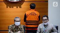 Plt Juru Bicara KPK Ali Fikri (kanan) dalam konferensi pers di Gedung KPK Jakarta, Senin (27/4/2020). Ketua DPRD Kabupaten Muara Enim Aries HB dan Plt Kadis PUPR Kabupaten Muara Enim Ramlan Suryadi resmi ditahan terkait proyek di Dinas PUPR Kabupaten Muara Enim Tahun 2019. (merdeka.com/Dwi Narwoko)