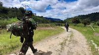 Personel TNI Satgas Madago Raya di Desa Lembantongoa, Kabupaten Sigi, Sulawesi Tengah mengejar kelompok MIT usai serangan kelompok tersebut terhadap warga Dusun Lewonu pada akhir November, 2020 lalu. (foto: Rahman odi)