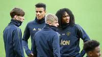 Pemain Manchester United, James Garner, Mason Greenwood, Brandon Williams dan Tahith Chong tiba menghadiri latihan tim di stade St Princes des Princes di Paris, Prancis (5/3). (AP Photo/Michel Euler)