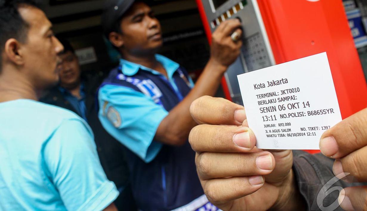 Pengendara  dibantu juru parkir melakukan transaksi parkir dengan parkir meter, kawasan jalan Sabang, Jakarta, Senin (6/10/2014) (Liputan6.com/Faizal Fanani)