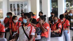 Para atlet menunggu untuk menjalani vaksinasi COVID-19 di Istora Senayan, Jakarta, Jumat (26/2/2021). Pemerintah memulai vaksinasi COVID-19 tahap pertama untuk para atlet. (Liputan6.com/Faizal Fanani)