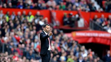 Debut Ryan Giggs sebagai pelatih cukup meyakinkan dan berhasil membawa MU menggulung Norwich City 4-0 di stadion Old Trafford (27/4/2014). (REUTERS/Nigel Roddis)