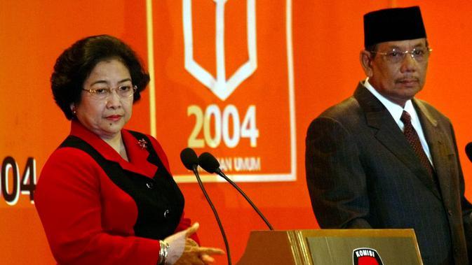 KH Hasyim Muzadi sempat terjun ke perpolitikan nasional dengan menjadi calon wakil presiden pada Pemilu 2004 mendampingi Ketua Umum PDIP Megawati Soekarnoputri yang maju sebagai calon presiden. (AP Photo/Dita Alangkara)