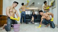 Hadir sebuah layanan bersih-bersih rumah oleh para pria bertelanjang dada. (dok. Facebook/Vehs.com)