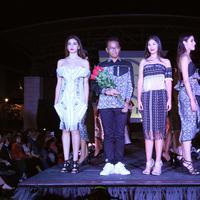 Desainer muda dan tuna rungu, Rafi Ridwan, di show Mercedes-Benz El Paso Fashion Week 2017, Texas-Amerika Serikat.