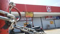 Satpol PP Kota Depok melakukan penyegelan minimarket di Kelurahan Sukamaju Baru, Kecamatan Tapos, Kota Depok. (Liputan6.com/Dicky Agung Prihanto)
