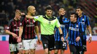 Pemain AC Milan dan Inter Milan berdebat dengan wasit Antonio Damato Di Barletta pada lanjutan Serie A Italia di Stadion San Siro, Milan, Senin (1/2/2016) dini hari WIB. (AFP/Olivier Morin)