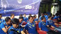 Tim Persib saat menyambangi Panti Asuhan Anida Rosada, Bandung, sebagai bentuk perayaan ulang tahun ke-86, Kamis (14/3/2019). (Bola.com/Erwin Snaz)
