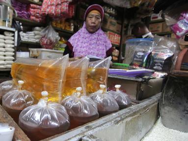 Suasana salah satu kios sembako di Pasar Senen, Jakarta, Senin (28/12/2015). Menjelang akhir tahun harga sejumlah kebutuhan pokok di pasar tradisional rata-rata mengalami kenaikan hingga 20%. (Liputan6.com/Angga Yuniar)