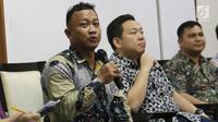 Anggota Komnas HAM Choirul Anam memberikan pandangan  saat menjadi pembicara dalam diskusi di Jakarta, Sabtu (18/11). Diskusi itu membahas mengenai membangun pertahanan modern, profesionalisme milter dan rotasi panglima TNI. (Liputan6.com/Angga Yuniar)
