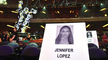 Foto penyanyi Jennifer Lopez tertempel di tempat duduk untuk ajang MTV Video Music Awards (MTV VMA) 2018 di Radio City Music Hall, New York, 17 Agustus 2018. JLo akan menghadiri MTV VMA lagi, setelah kehadiran terakhirnya pada 2001. (AFP/Angela Weiss)