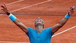 Petenis Spanyol, Rafael Nadal dari Spanyol merayakan kemenangan atas Dominic Thien dari Austria pada partai final Prancis Terbuka di Stadion Roland Garros, Minggu (10/6). Total Nadal sudah meraih 17 gelar juara level Grand Slam. (AP/Michel Euler)