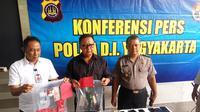 Polda DIY menangkap 12 orang terduga pelaku pesta seks di sebuah homestay di Sleman (Liputan6.com/ Switzy Sabandar)