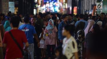Pengunjung memadati lorong-lorong gerai dalam Jakarta Fair atau Pekan Raya Jakarta 2019 di JIExpo Kemayoran, Jakarta, Jumat (7/6/2019). Tahun ini, Jakarta Fair 2019, digelar bertepatan dengan perayaan idul fitri untuk seluruh umat Islam. (merdeka.com/Imam Buhori)