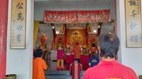 Perayaan Hari Raya Tri Suci Waisak 2565 Tahun Buddhis di Vihara Tanda Bhakti, Kota Bandung, diikuti puluhan umat Buddha, Rabu (26/5/2021). (Liputan6.com/Huyogo Simbolon)