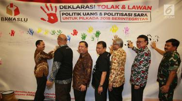 Ketua Bawaslu Abhan (tengah), Panglima TNI Hadi Tjahjanto (kanan), Mendagri Tjahjo Kumolo (kedua kanan),dan Komisioner KPU Ilham Saputra (kedua kiri) saat Deklarasi untuk Pilkada 2018 Berintegritas, Jakarta, Sabtu (10/2). (Liputan6.com/Angga Yuniar)