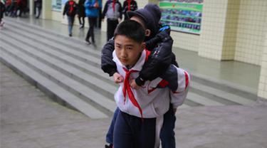 Tanpa Pamrih, Bocah Ini Gendong Temannya yang Lumpuh Tiap Hari ke Sekolah