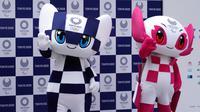 Maskot Olimpiade dan Paralimpik Tokyo 2020, Miraitowa (kiri) dan Someity (kanan) saat debut mereka di Tokyo, Jepang, Minggu (22/7). Pencipta maskot ini adalah Ryo Taniguchi. (AP Photo/Eugene Hoshiko)