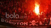 Ribuan suporter Persib Bandung atau yang akrab disapa Bobotoh menyalakan flare usai  pertandingan antara Persib Bandung vs Arema  FC di GBLA, Sabtu (15/04/2017). Kehadiran mereka untuk membakar semangat skuad Maung Bandung. (Bola.com/M Iqbal Ichsan)