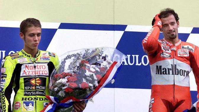 Valentino Rossi saat masih muda dan kalahkan Max Biaggi (AFP)