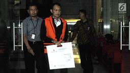 Direktur Teknologi dan Produksi PT Krakatau Steel (Persero) Wisnu Kuncoro seusai menjalani pemeriksaan di Gedung KPK, Selasa (2/4). Wisnu Kuncoro diperiksa perdana sebagai tersangka terkait kasus suap pengadaan barang dan jasa di perusahaan plat merah tersebut. (merdeka.com/Dwi Narwoko)