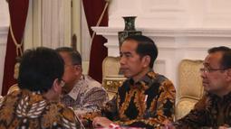 Presiden Joko Widodo (Jokowi) menerima pimpinan dan anggota Badan Pemeriksa Keuangan (BPK) di Istana Merdeka, Jakarta, Kamis (5/4). Kedatangan BPK ini untuk menyampaikan Ikhtisar Hasil Pemeriksaan Semester (IHPS) II Tahun 2017. (Liputan6.com/Angga Yuniar)