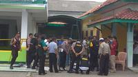 Jajaran Polres Cirebon dan Tim Penjinak Bom Detasemen C Polda Jabar memeriksa temuan benda mencurigakan yang sempat membuat geger warga. Foto (Liputan6.com / Panji Prayitno)