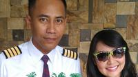 Artis Tessa Kaunang memberi hadiah kepada kekasihnya yang berprofesi sebagai pilot atas kenaikan tingkatnya. Ini merupakan pertama kalinya Tessa menunjukkan wajah sang kekasih, Rully, di akun media sosialnya. (Instagram/thessakaunangtuiit)