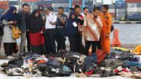 Beberapa keluarga korban jatuhnya pesawat Lion Air JT 610 melihat barang-barang temuan di Pelabuhan JICT 2, Jakarta, Rabu (31/10). 189 orang menjadi korban jatuhnya pesawat Lion Air JT-610 pada Senin (29/10) lalu. (Liputan6.com/Helmi Fithriansyah)