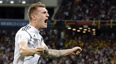 Gelandang Jerman, Toni Kroos, merayakan gol yang dicetaknya ke gawang Swedia pada laga grup F Piala Dunia di Stadion Fisht, Sochi, Sabtu (23/6/2018). Gol injury time dirinya beri kemenangan untuk Jerman. (AP/Frank Augstein)