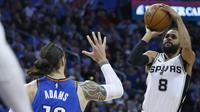 Pebasket San Antonio Spurs, Patty Mills, berusaha memasukan bola saat pertandingan melawan Oklahoma City Thunder pada laga NBA di Chesapeake Energy Arena, Minggu (11/3/2018). Thunder menang 104-94 atas Spurs. (AP/Sue Ogrocki)