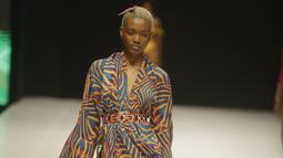 Seorang model berjalan di catwalk mengenakan busana rancangan Andrea Iyamah selama Heineken Fashion and Design Week di Lagos, Nigeria (26/10/2019). Lagos Fashion Week (LFWNG) adalah acara mode multi-hari tahunan yang didirikan pada 2011 oleh Omoyemi Akerele. (AP Photo/Sunday Alamba)
