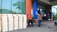 Bantuan dari Otoritas Bandara untuk pekerja di Bandara Soetta dan Halim Perdanakusuma. (Liputan6.com/Pramita Tristiawati)