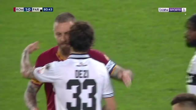 Berita video AS Roma seperti memberi kado perpisahan yang manis untuk Daniele De Rossi, yang hengkang dari klub yang dibelanya selama 18 musim. I Giallorossi menang 2-1 atas Parma pada pekan terakhir Serie A 2018-2019.