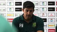 Pelatih asal Argentina, Alfredo Vera, mengklaim dirinya tidak pernah mundur dari Persebaya. (Bola.com/Aditya Wany)