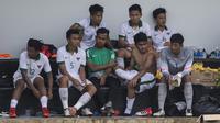 Para pemain Timnas Indonesia U-19 melepas lelah usai uji coba melawan Timnas Indonesia U-23 di Lapangan ABC Senayan, Jakarta, Sabtu (24/2/2018). Timnas U-23 menang 5-0 atas Timnas U-19. (Bola.com/Vitalis Yogi Trisna)