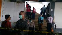 Polisi di lokasi temuan jasad mutilasi di Malang yang bikin geger warga dan pedagang di kawasan Pasar Besar Malang (Liputan6.com/Zainul Arifin)