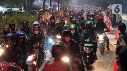 Antrean pemudik motor saat melintas di posko penyekatan mudik di Kedungwaringin, Kabupaten Bekasi, Jawa Barat, Selasa (11/5/2021) dini hari. Polisi kembali memberlakukan diskresi terhadap pemudik motor karena jumlahnya tidak terbendung. (Liputan6.com/Herman Zakharia)