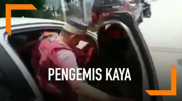 Seorang pengemis di Lhokseumawe, Aceh tertangkap kamera sedang akan mengendarai sebuah sedan mewah.