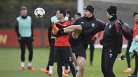 Striker Manchester United, Zlatan Ibrahimovic, saat latihan jelang laga leg pertama 16 besar Liga Champions di Manchester, Rabu (21/2/2018). Manchester United akan berhadapan dengan Sevilla. (AFP/Oli Scarff)