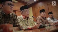 Ketua Umum PBNU Said Aqil Siradj (dua kiri) memberi keterangan saat konferensi pers terkait Pemilu 2019 di Kantor PBNU, Jakarta, Senin (15/4). PBNU mengimbau masyarakat menggunakan hak pilih dengan nalar dan nurani untuk memilih presiden dan wakil presiden. (Liputan6.com/Faizal Fanani)