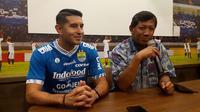 Pemain Persib, Esteban Vizcarra, dan Komisaris PT PBB, Kuswara S. Taryono (kanan) di Bandung, Jumat (18/1/2019). (Bola.com/Erwin Snaz)