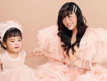 FOTO: Gaya Rachel Vennya dan Putrinya Tampil Dalam Busana yang Kompak Ini Menawan