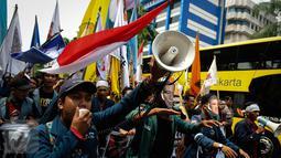 Seorang mahasiswa meneriakan orasi saat melakukan aksi demonstrasi di Istana Negara, Jakarta, Kamis (20/10). Aksi yang dilakukan mahasiswa merupakan peringatan tepat dua tahun pemerintahan Joko Widodo-Jusuf Kalla. (Liputan6.com/Faizal Fanani)