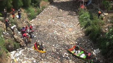 Relawan bersihkan lautan sampah di Kali Jambe, Bekasi