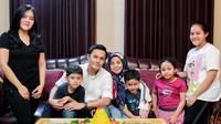 Kedekatan Fadel Islami dan Kelima Anak Muzdalifah (Sumber: Instagram/muzdalifah999/)